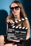Beautifulwoman que sostiene una chapaleta de la película Fotos de archivo libres de regalías