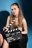 Beautifulwoman que sostiene una chapaleta de la película Imagen de archivo