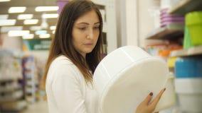 Beautifulwoman shopping för möblemang, exponeringsglas, disk och hem- dekor i lager stock video