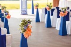 Beautifuly украсило с белой и голубой тканью и цветет стулья Стоковые Изображения RF