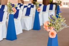 Beautifuly украсило с белой и голубой тканью и цветет стулья Стоковая Фотография RF