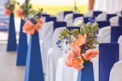 Beautifuly украсило с белой и голубой тканью и цветет стулья Стоковые Фотографии RF