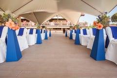 Beautifuly украсило с белой и голубой тканью и цветет стулья Стоковое Фото