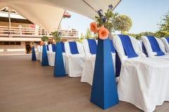 Beautifuly украсило с белой и голубой тканью и цветет стулья Стоковое Изображение