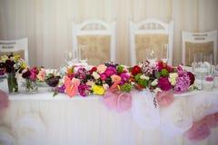 Beautifuly украсило таблицу приема по случаю бракосочетания покрытую с свежей Стоковое Изображение RF
