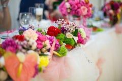 Beautifuly украсило таблицу приема по случаю бракосочетания покрытую с свежей Стоковая Фотография RF