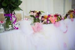 Beautifuly adornó la tabla de la recepción nupcial cubierta con fresco Foto de archivo libre de regalías