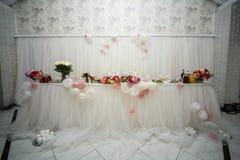 Beautifuly adornó la tabla de la recepción nupcial cubierta con fresco Fotos de archivo
