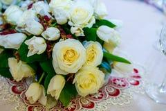 Beautifuly adornó la tabla de la recepción nupcial cubierta con las flores frescas Foto de archivo libre de regalías
