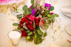 Beautifuly adornó la tabla de la recepción nupcial cubierta con las flores frescas Fotos de archivo