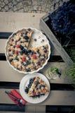 Beautifuly adornó la torta con las flores y la fruta del bosque Imagenes de archivo