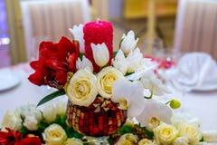 Beautifuly dekorerade tabellen för bröllopmottagandet som täcktes med nya blommor Arkivfoton