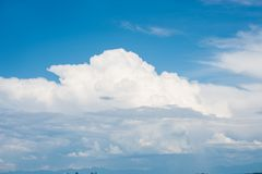 Beautifuly duidelijke blauwe hemel met lagen witte wolken die langs vliegen royalty-vrije stock foto