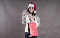 Beautifulyoung女孩盖帽,圣诞老人礼物包裹 免版税图库摄影