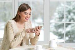 Beautifur-Mädchen mit Smartphone Stockfoto