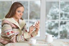 Beautifur-Mädchen mit Smartphone Lizenzfreies Stockbild