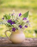 Beautifyl bukett av liljekonvaljer och violets Arkivfoto