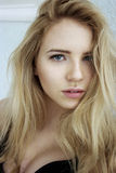 Beautirful blond caucasian flicka Arkivfoton