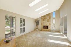 Beautitful żywy pokój z przesklepionym sufitem i skylights pusty Obraz Stock
