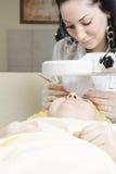 Beautitian patrzeje przez magnifier obrazy royalty free
