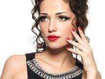 Beautiul有红色修指甲和嘴唇的时尚妇女 免版税库存照片