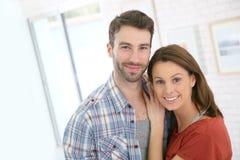 beautiul年轻夫妇的画象在家 库存照片