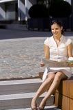 Beauttiful Geschäftsfrau-Lesezeitung Stockbild