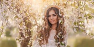 Beautufil flicka på blom- bakgrund för vår royaltyfri bild