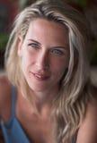 Beautuful blondes Frauenportrait, blaue Augen, Lächeln Stockfotografie