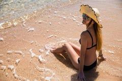 Beautvrouw bij het strand met blauw rond hemel en zand Royalty-vrije Stock Afbeeldingen