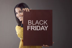 Beauty asian business woman holding BLACK FRIDAY board Royalty Free Stock Photos