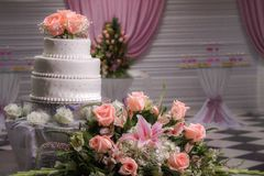 Beauty cake and some flowers to my party. A white nice cake and some roses to my party on the royalty free stock image