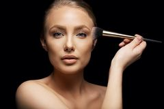 Beauty model applying makeup Royalty Free Stock Photos