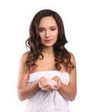 Beauty Spa άλας εκμετάλλευσης γυναικών για το λούζοντας, όμορφο πορτρέτο κοριτσιών με τη σγουρή τρίχα και την άσπρη πετσέτα Day s Στοκ φωτογραφία με δικαίωμα ελεύθερης χρήσης