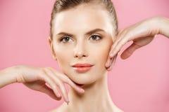 Beauty Spa έννοια - καυκάσια γυναίκα με το τέλειο πορτρέτο δερμάτων προσώπου Beautiful Brunette Spa κορίτσι που παρουσιάζει κενό  Στοκ φωτογραφία με δικαίωμα ελεύθερης χρήσης
