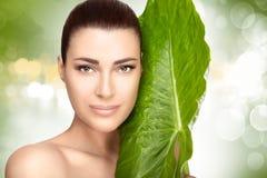 Beauty Spa κορίτσι με ένα πράσινο φρέσκο φύλλο στοκ εικόνες