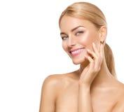 Beauty spa modelmeisje wat betreft gezicht Stock Foto's