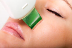 Beauty spa salon. Vrouw die ultrasone klankhuid het schoonmaken krijgen Royalty-vrije Stock Fotografie