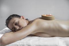 Beauty.Wellness - femme recevant le corps ou le massage arrière dans la station thermale Photo stock
