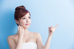 Beauty woman show something Royalty Free Stock Photos