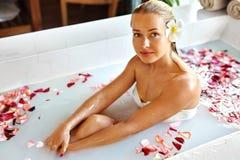 Beauty Woman Spa Lichaamsverzorgingbehandeling De Ton van het bloembad Skincare stock afbeeldingen