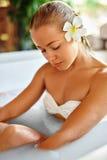 Beauty Woman Spa Lichaamsverzorgingbehandeling De Ton van het bloembad Skincare royalty-vrije stock foto