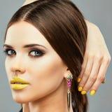 Beauty Yellow Lips modelo Aislado cerca encima de cara Imagen de archivo libre de regalías