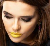 Beauty Yellow Lips modelo Ciérrese encima de cara Imagenes de archivo