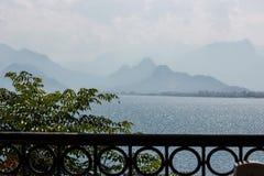 Beautyful在海岸线在安塔利亚,Kaleici,土耳其的阳台视图 免版税库存照片