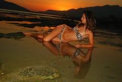 Beautyful, ελκυστική νέα γυναίκα στην παραλία Στοκ φωτογραφία με δικαίωμα ελεύθερης χρήσης