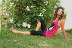 Beautyful, привлекательная молодая женщина, liying в траве Стоковые Фотографии RF