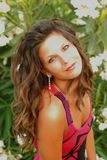 Beautyful, привлекательная молодая женщина, liying в траве стоковое фото rf