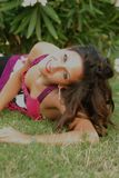 Beautyful, привлекательная молодая женщина, liying в траве стоковая фотография
