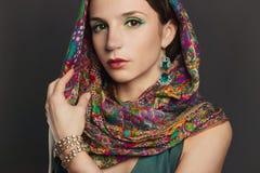 Beautyful brunettkvinna med tillbehör Royaltyfria Foton